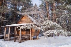 森林原木小屋在冬天森林 免版税库存图片