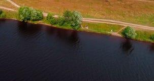 森林和土路在伏尔加河鸟瞰图附近从飞行quadcopter 影视素材