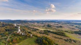 森林和岩石在秋天空中寄生虫视图 库存照片