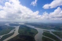 森林和河的鸟瞰图 免版税库存图片
