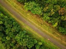 森林围拢的铁路的空中照片 库存照片