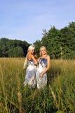 森林在二附近的女孩草 库存图片