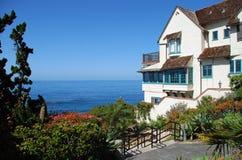 森林小海湾海滩的海边家在拉古纳海滩,加利福尼亚 免版税库存图片