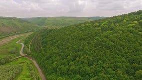 森林山的令人惊讶的鸟瞰图与小村庄和河谷的 股票视频