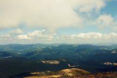 森林山 顶视图 喀尔巴阡山脉的山顶视图 天空 乌克兰 免版税库存图片