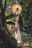 森林打鼓的吉普赛妇女 库存图片
