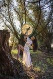 森林打鼓的吉普赛妇女 免版税库存照片