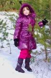 森林摆在冬天的女孩孩子 免版税库存图片