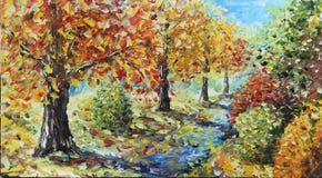 森林撒布与黄色叶子 在秋天的结构树 库存照片