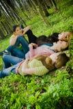 森林有乐趣的女孩 免版税库存照片