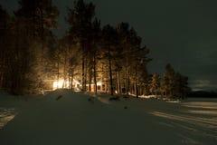 森林村庄在夜间,拉普兰,芬兰 免版税图库摄影