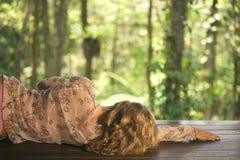 森林松弛妇女 免版税库存照片