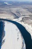 森林河在冬天森林地,顶视图 库存图片