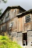 森林沼地的老被放弃的可怕木房子 图库摄影