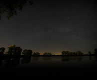 森林湖光滑的表面夜空a的背景的 库存图片