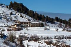 森林湖平安的场面冬天木头 山的小屋在一个晴朗的冬日 斯诺伊童话在保加利亚 库存图片
