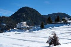 森林湖平安的场面冬天木头 山的小屋在一个晴朗的冬日 斯诺伊童话在保加利亚 库存照片