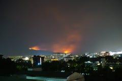 森林火灾在土井素贴山,清迈,泰国肆虐 免版税库存照片