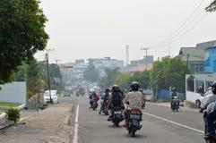 森林火灾烟阴霾包围了城市onTarakan印度尼西亚 免版税库存照片