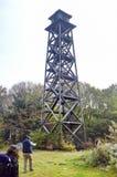森林火灾监视塔和秋季场面 库存图片
