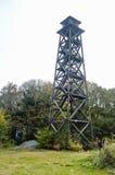 森林火灾监视塔和秋季场面 免版税库存图片