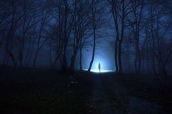 森林的孤独的女孩 免版税库存图片