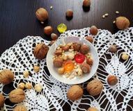 森林礼物和糖果在白色板材在桌上 库存照片