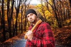 森林秋叶的伐木工人住在森林并熟悉森林的人 库存照片