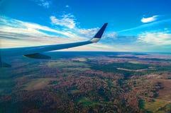 森林美好的风景有鸟` s眼睛视图 翼通过平面乘客窗口 地区莫斯科一幅全景 库存照片
