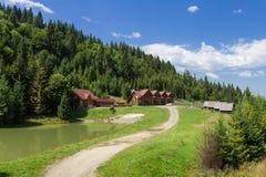 森林背景的木房子 免版税图库摄影
