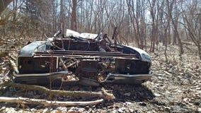 森林被放弃的汽车击毁 库存照片