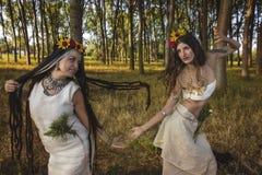 森林跳舞的异教的女孩 免版税库存图片