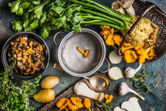 森林采蘑菇烹调在土气厨房用桌上的准备与空的烹调罐和菜,顶视图 秋天烹调 免版税库存图片