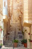 森格莱阿,马耳他-典型的马尔他台阶和街道在森格莱阿 免版税库存图片