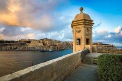 森格莱阿,马耳他-日落和全景地平线视图在堡垒圣迈克尔, Gardjola庭院手表塔  库存图片
