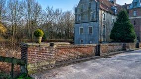 森登,科埃斯费尔德, Musterland 2017年12月- Watercastle Wasserschloss Schloss森登在晴天期间在冬天 免版税库存图片
