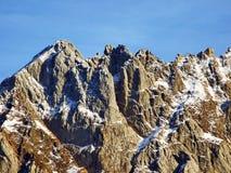 森蒂斯峰美好的高山峰顶Alpstein山脉的,在雪盖下 免版税图库摄影