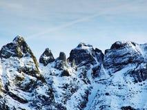 森蒂斯峰美好的高山峰顶Alpstein山脉的,在雪盖下 免版税库存照片
