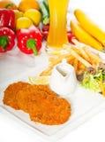 3673789棵经典米兰尼斯经的小牛肉炸肉排和菜 免版税库存图片