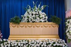 棺材在火葬场 免版税库存图片