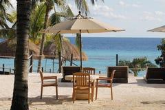 椅子、桌和伞在伊斯拉穆赫雷斯岛 免版税库存图片