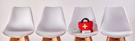 椅子与急救工具的 免版税库存图片