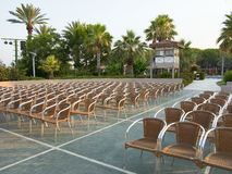 椅子位子在露天剧院 免版税库存图片