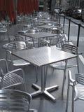 椅子倒空金属行表 免版税库存图片