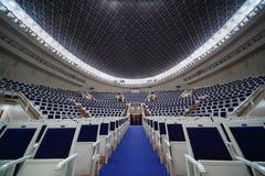 椅子共同安排tchaikovsky空的大厅 免版税库存图片