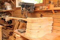 椅子制造  在木背景的摇椅 免版税库存照片