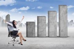 椅子和企业图表的成功的妇女 免版税库存图片