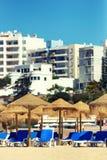 椅子和伞在一个美丽的热带海滩 免版税库存照片