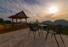 椅子和小屋在山顶部在旅行目的地观看poi 免版税库存图片