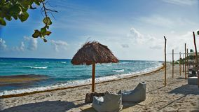 椅子和小屋在海滩 库存照片